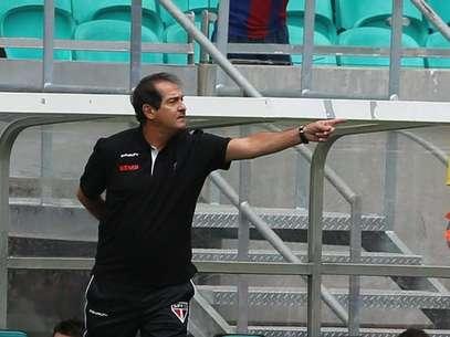 Treinador são-paulino teve que se esconder de Aloísio após gol do atacante Foto: Rubens Chiri/São Paulo FC / Divulgação