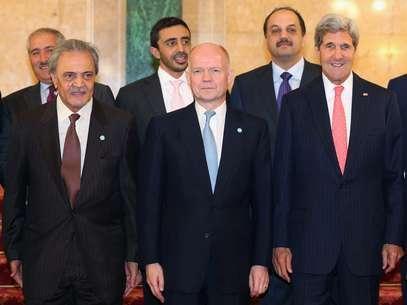 Encontros dos 'Amigos da Síria em Londres; da esquerda à direita, os ministros do Exterior de: Jordânia, Nasser Judeh; da Arábia Saudita,Saud al-Faisal;dos Emirados Árabes Unidos, Adbdullah bin Zayed al-Nahyan; do Reino Unido, William Hague; do Catar, Khalid bin Mohammad Al Attiyah; e dos Estados Unidos, John Kerry Foto: AP
