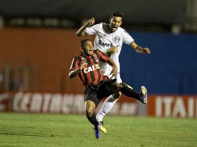 Público alto assistiu partida tensa entre Atlético-PR e Grêmio Foto: Hedeson Alves / Vipcomm