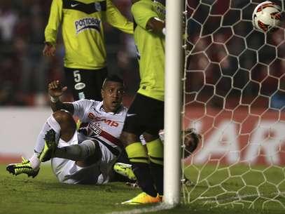 Antônio Carlos marcou dois gols - e falhou em um dos colombianos - para dar vitória ao clube paulista Foto: Reuters