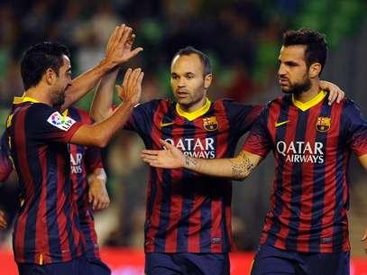 Fábregas (à dir.) fez dois gols na vitória do Barcelona no domingo Foto: AFP