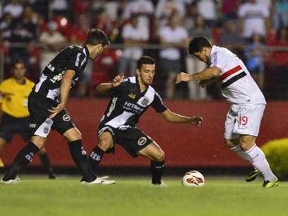 Cercado, Aloísio tenta jogada no ataque são-paulino Foto: Marcelo Pereira / Terra