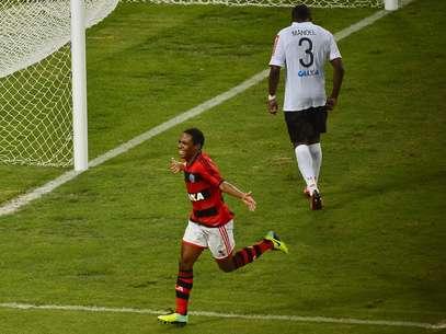 Elias apareceu na área, aproveitou passe de Paulinho e começou a decidir o jogo para o Flamengo Foto: Daniel Ramalho / Terra