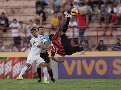 Cícero marcou duas vezes para dar vitória de virada por 2 a 1 do Santos sobre Atlético-PR Foto: Celio Messias / Gazeta Press