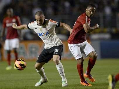 Jorge Henrique (dir.) retornouao Pacaembu como jogador do Internacional e ouviu nome gritado Foto: Ricardo Matsukawa / Terra