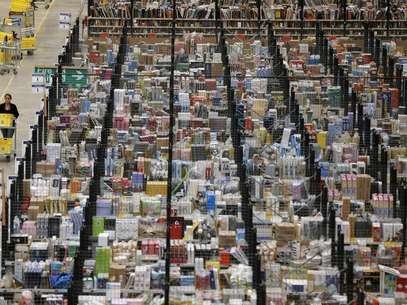 """Funcionária trabalha em centro de armazenamento da Amazon em Peerborough, região central da Inglaterra. A Amazon.com está testando pacotes de entrega usando drones, disse neste domingo o presidente-executivo, Jeff Bezos, no programa de televisão """"60 Minutes"""" da CBS. 28/11/2013. Foto: Phil Noble / Reuters"""