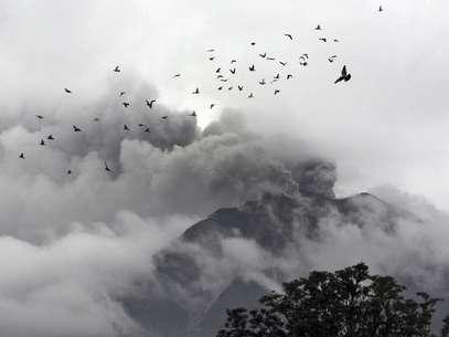 Pássaros sobrevoam nas proximidades do Monte Sinabung Foto: AP