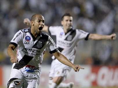 Felipe Bastos fez gol da Ponte de falta e empatou a decisão Foto: Ricardo Matsukawa / Terra