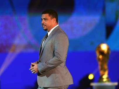Ronaldo ouviu bronca por estar com terno cinza, e não com uniforme azul-marinho da Rede Globo Foto: EFE