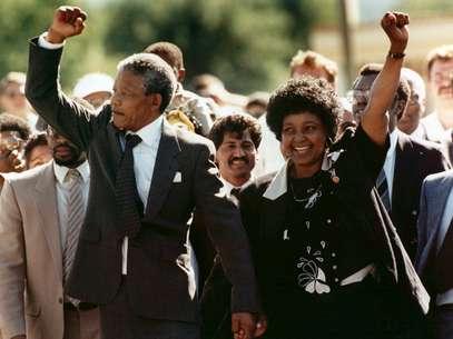 Mandela e Graça Machel, durante cerimônia em escola em Toronto Foto: AP