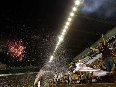 Torcedor do Lanús comemorou título com fogos Foto: Reuters