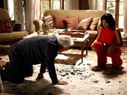 Depois de ter dificuldades para enxergar, César acorda cego e se desespera, enquanto a mulher comemora Foto: TV Globo / Divulgação