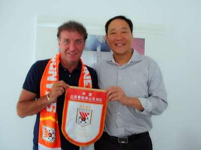 Cuca posou com apetrechos de clube chinês Foto: Divulgação
