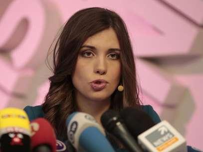 A integrante da banda Pussy Riot, Nadezhda Tolokonnikova, fala à mídia durante uma coletiva de imprensa em Moscou Foto: Tatyana Makeyeva / Reuters