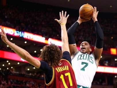 Sullinger encara marcação de Varejão; vitória dos Celtics Foto: AFP