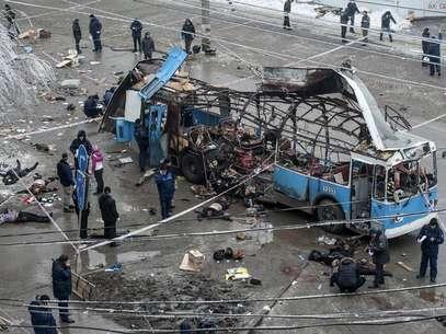 Equipes de segurança trabalham no local de uma explosão em um ônibus elétrico, em Volgogrado Foto: Stringer / Reuters
