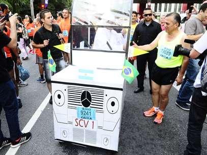 """Em papa-móvel, Francisco das Chagas chegou até a """"abençoar"""" alguns corredores que esperavam pelo início da São Silvestre Foto: Marcelo Pereira / Terra"""