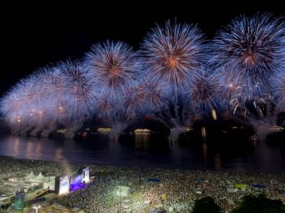 1° de janeiro - Milhares acompanham a tradicional queima de fogos na praia de Copacabana no Rio de Janeiro. A celebração do Réveillon carioca é conhecida como a maior do País Foto: Daniel Ramalho / Terra