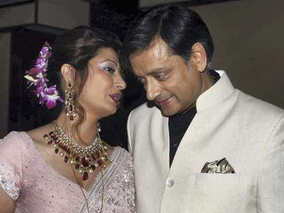 Sunanda Pushkar (esq.) ao lado do marido, Shashi Tharoor, durante o casamento deles, em 2010 Foto: AP
