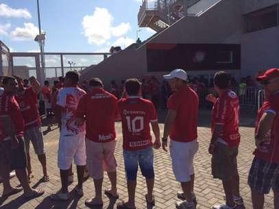 Sócios do América-RNtiveram problemas com cartão e passaram uma hora em fila Foto: Gabriel Francisco Ribeiro / Terra