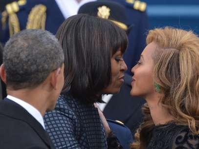 Cantora Beyoncécumprimenta Michelle Obama durante cerimônia no Capitólio, em janeiro de 2013 Foto: AFP