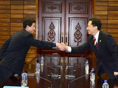 Representantes da Coréia do Norte e Coréia do Sul durante encontro em 5 de fevereiro entre famílias separadas pela guerra Foto: AFP