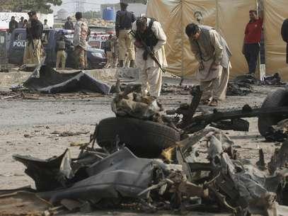 Membros da força de segurança coletam evidências no local da explosão que matou 11 policiais e feriu 33 pessoas Foto: Reuters