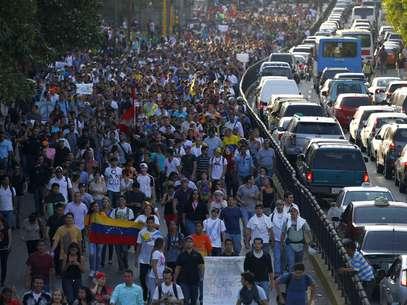 Manifestantes marcham nas ruas de Caracas em protesto contra o governo de Nicolás Maduro, nesta quinta-feira, 13 Foto: Reuters