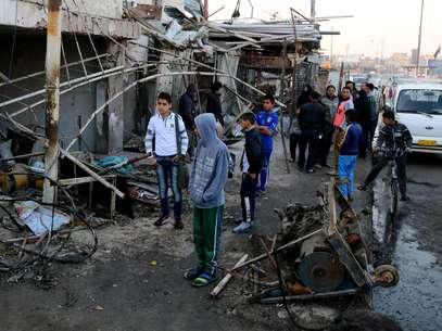 Local onde um veículo foi detonado por explosivos em bairro oriental de Ur, Bagdá nesta teça-feira Foto: AP