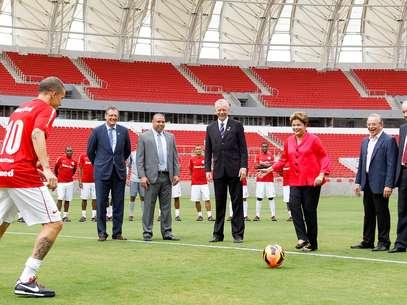 Dilma chegou a mostrar habilidade durante o lançamento do estádio, dando um passe para o meia argentino D'Alessandro Foto: Roberto Stuckert Filho/PR / Divulgação