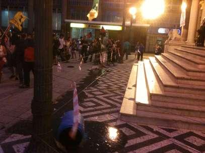 Manifestantes jogaram um balde com fezes e urina em frente à prefeitura Foto: Daniel Favero / Terra