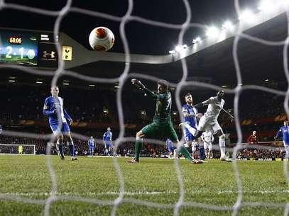 Adebayor marcou dois dos três gols do time londrino Foto: Reuters