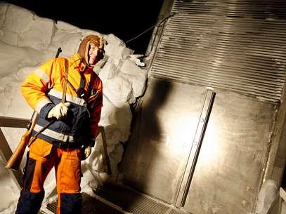 Segurança fica próximo de uma das portas de entrada para o bunker no Ártico Foto: AFP