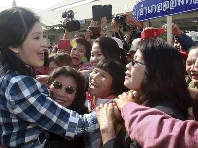 A primeira-ministra tailandesa viaja pelo norte do país e recebe apoio da população local. Ela aceitou se encontrar com o líder da oposição com algumas condições Foto: Reuters