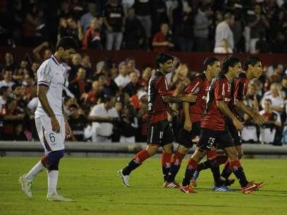 Jogadores do Newell's Old Boys festejam vitória sobre Nacional Foto: EFE