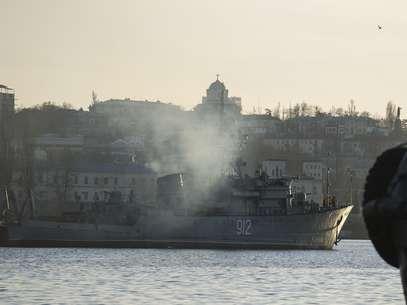 Navio caça-minas da Marinha russa é visto no porto de Sevastopol, na Ucrânia, nesta segunda - feira, 3 de março Foto: AP