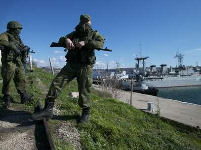 Soldados russos fazem guarda em doca onde dois navios ucranianos estão ancorados em Sebastopol Foto: AP