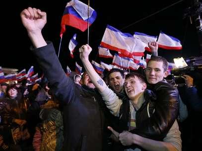 População da Crimeia comemora na praça Lenin, em Sinferopol, o resultado do referendo que aprovou a anexação da Crimeia à Rússia Foto: EFE