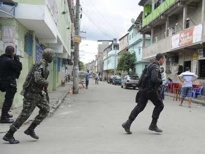 Militares do 1º Batalhão de Engenharia de Combate-Escola do Exército buscam armas enterradas por traficantes no Complexo da Maré Foto: Tomaz Silva / Agência Brasil
