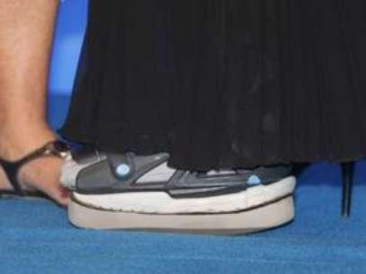 Xuxa tem usado a bota ortopédica em eventos Foto: AgNews