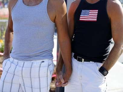 Um casal gay de mãos dadas durante um comício em apoio à decisão do Supremo Tribunal dos Estados Unidos sobre direitos do casamento em San Diego, Califórnia, emjunho de 2013 Foto: Reuters