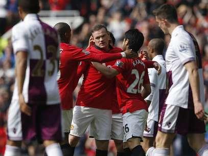 Rooney, com dois gols, ajudou equipe a aliviar a crise Foto: Reuters