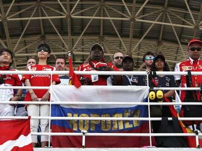 Espectadores respeitam um minuto de silêncio no GP da Malásia Foto: Reuters