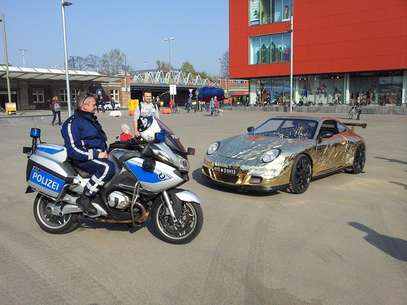 Construído peloaustríaco Johannes Langeder, o veículo é uma espécie de esportivo do Fred Flinstone, já que é movido por pedais como uma bicicleta Foto: Facebook / Reprodução
