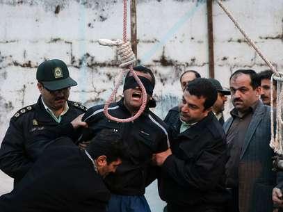 Balal foi poupado pela mãe de sua vítima segundos antes de ser enforcado Foto: ARASH KHAMOOSHI / AFP