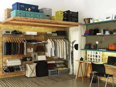 No projeto de Gustavo Calazans, o armário foi substituído por uma arara. Na parte de cima, as caixas servem para guardar bolsas, chapéus e sapatos de uso menos constante Foto: Gustavo Calazans