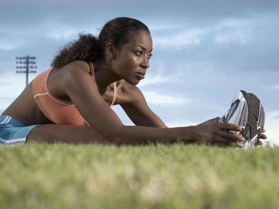 Alguns hábitos simples como beber água e comer maça podem ajudá-la a espantar a fadiga Foto: Getty Images