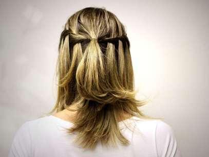 As tranças podem ser usadas em qualquer ocasião e complementam o cisual. Por isso, o hair stylist Tiago Parente, embaixador de TRESemmé, montou um passo a passo para fazer a trança cascata, uma opção fácil e rápida para usar no dia-a-dia. Confira a seguir Foto: Divulgação