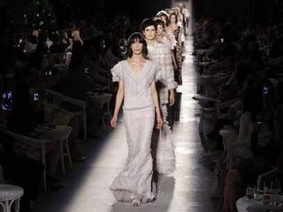 Modelos exibem criações do estilista alemão Karl Lagerfeld para a Chanel durante desfile da coleção de alta costura outono/inverno 2012/2013 em Paris, na França, nesta terça-feira. 03/07/2012 Foto: Benoit Tessier / Reuters