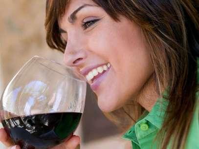 O consumo diário de 15 g a 30 g de álcool, o que corresponde a até dois cálices de vinho, estaria relacionado a efeitos positivos Foto: Getty Images